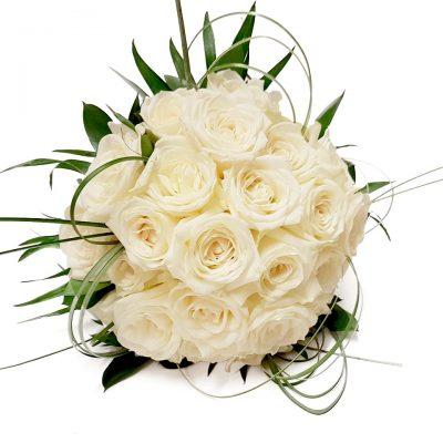 Smuk brudebuket i hvide roser, med strå, og chicco der skaber et stilet look.