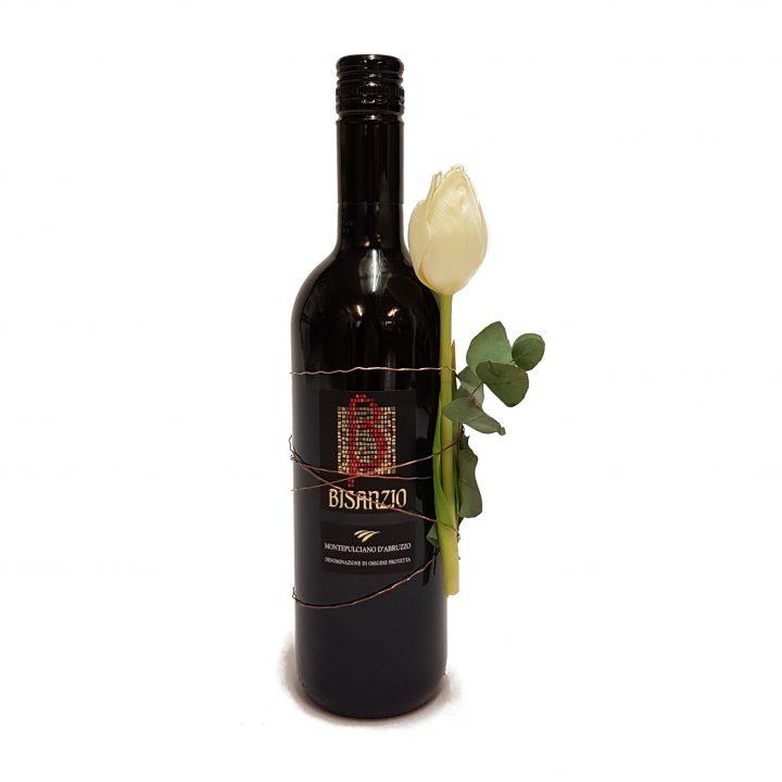 1 flaske rødvin pyntet med afskårne
