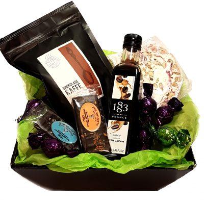 Send en lækker gavekurv med kaffe, chokolade lakrids og andre lækkerier.