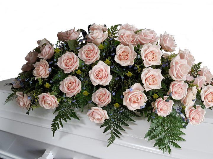 Kistepynt med roser, så smuk kistepynt med roser og forglem mig ej