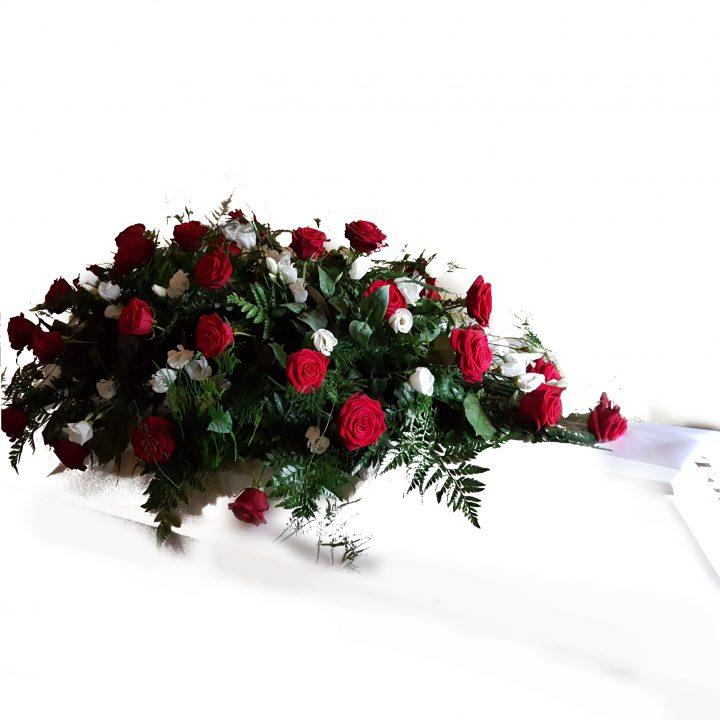 Kistepynt med røde roser og hvide freshia