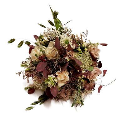 Smuk brudebuket i naturligt look i blomme og bordeaux nuancer.
