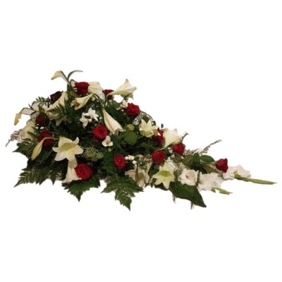 Båredekoration med røde roser, hvide liljer og andre lækre blomster i et elegant look