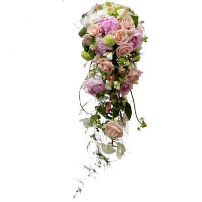 Brudebuket med langt hæng, hjerteranke, bonderoser, roser, og andre blomster