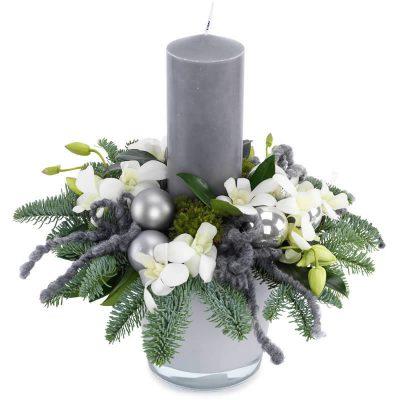 Juledekoration i sølv og hvide nuancer med bloklys
