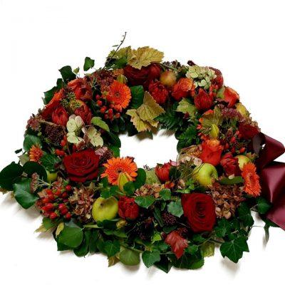 Lækker krans i alt der hører til efteråret, blade , æbler brændte farver. Et smukt sidste farvel.