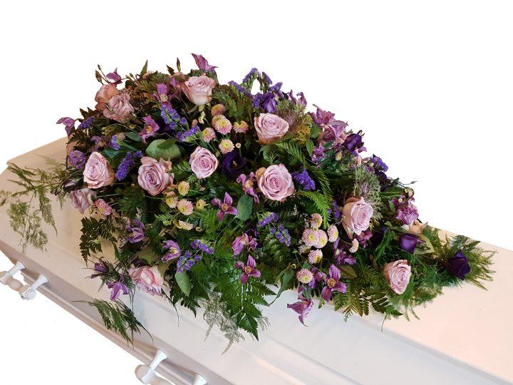 Kistepynt inspireret af naturen fine blomster, lidt vild og løs.