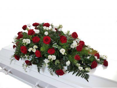 Den royale kistepynt er en kistepynt i traditionelle røde og hvide farver. den er elegant og pynter kisten yderst godt.