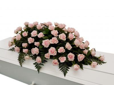 Kistepynt i rosa roser, enkel kistepynt i kun roser, her er rosa roser, andre farver kan vælges
