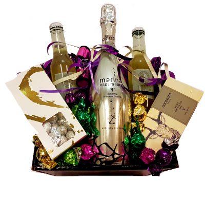 Send en lækker gavekurv hertil nytår med champagne og en masse lækkerier der passer til lejligheden