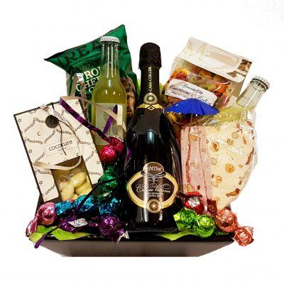 Nytårs gavekurv med champange, chokoladekugler, snacks, mandler, nougat