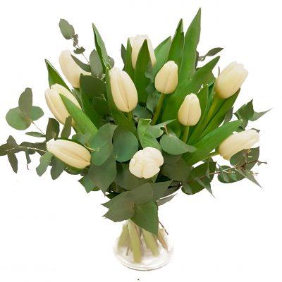 Rustikke tulipaner med eukalyptus.