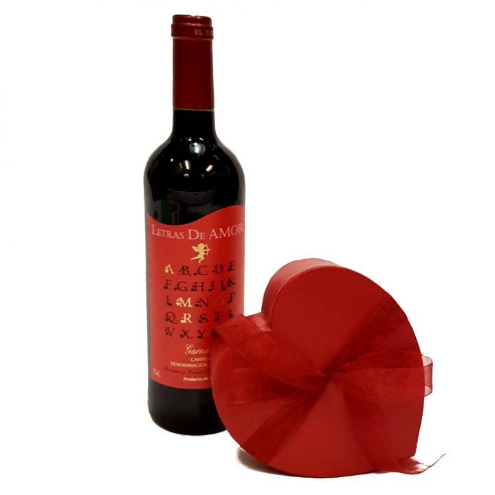 En god flakse rødvin og en hjerteæske med chokolade