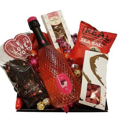 Gavekurv med vin, chokolade og andre lækkerier