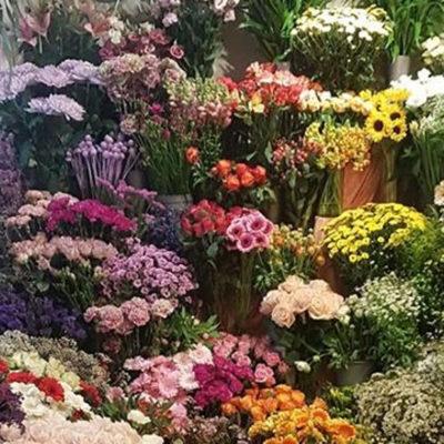 Giv floristen frit valg til at skabe en smuk bårebuket