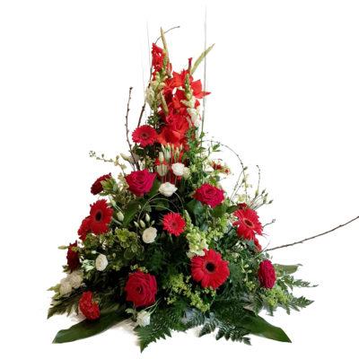 Båredekoration i røde og hvide farver til begravelse