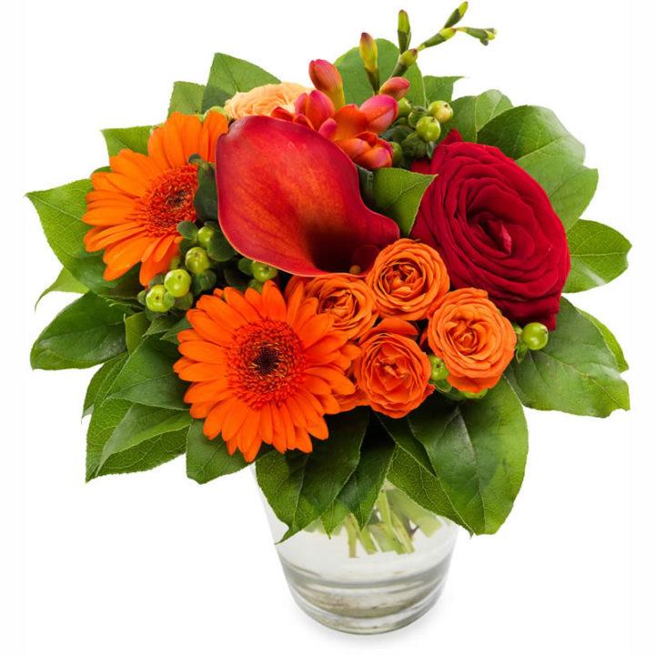 Buket med kalla, røde roser, og andre orange blomster
