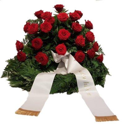 tujakrans med røde roser og bånd